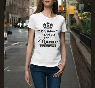Тениска с щампа My Man treats me like a queen so f..k off